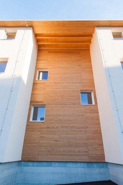 Installation of XLam walls on a reinforced concrete bond beam